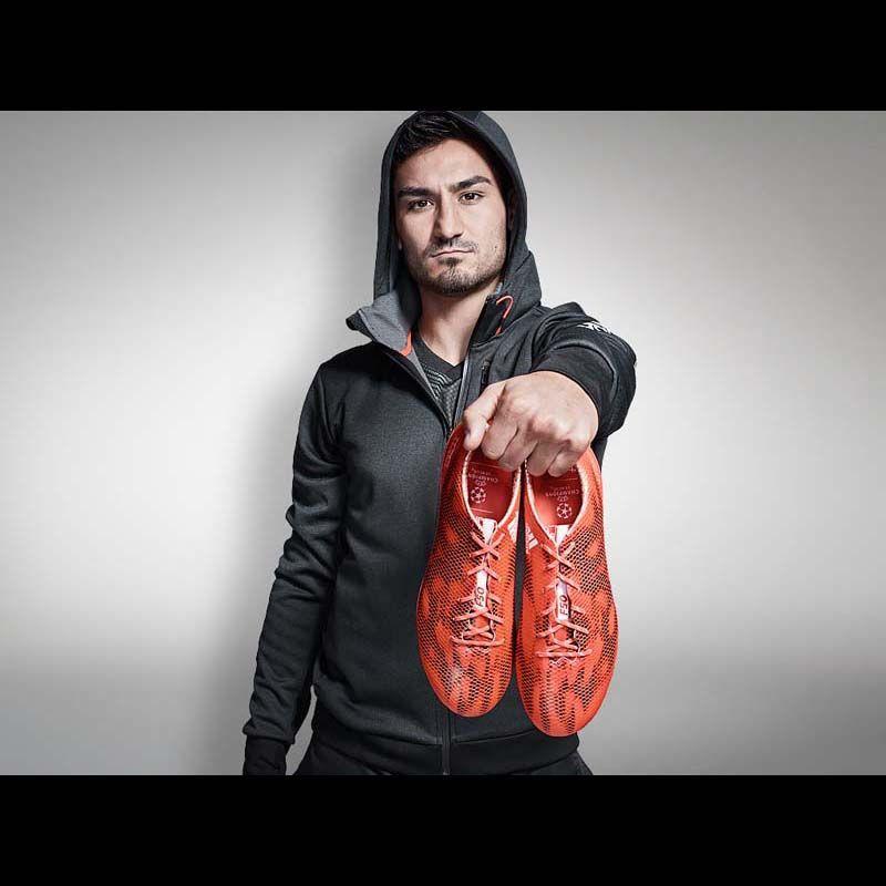 Ilkay Gündogan mit seinem neuen adizero f50 Fußballschuh rot 2015 von adidas