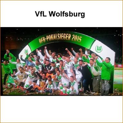 Mannschaftsfoto des VfL Wolfsburg nach dem erstmaligen Gewinn des DFB-Pokals 2015