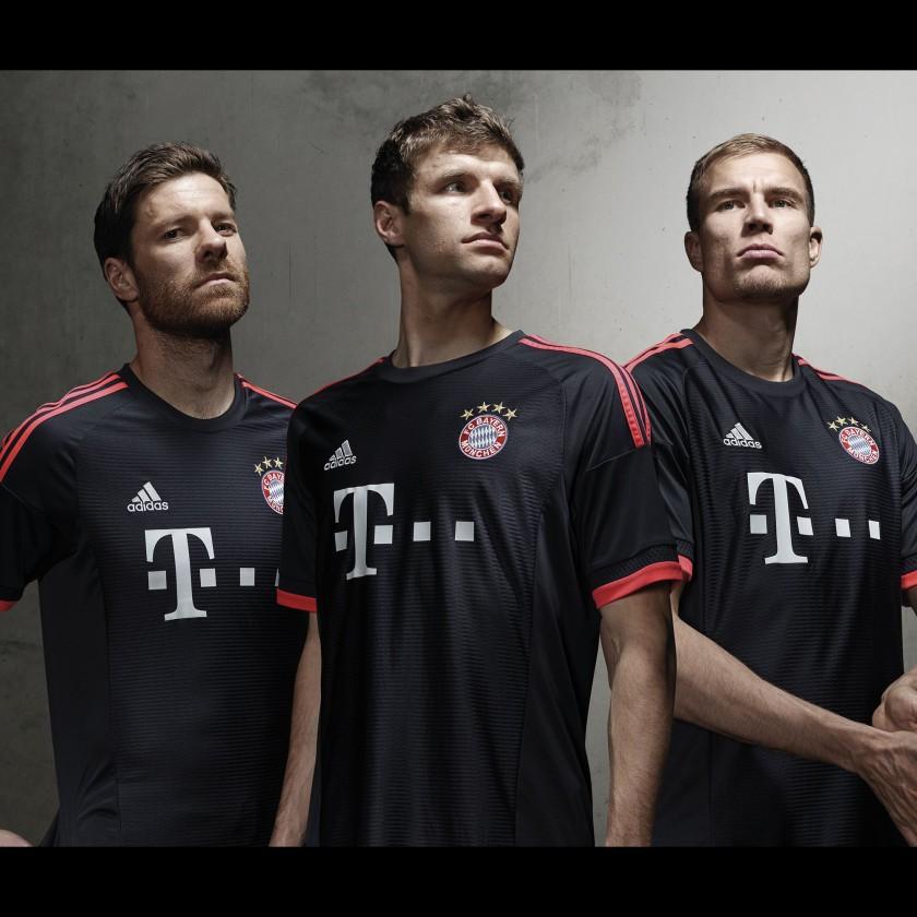 Thomas Müller, Xabi Alonso u. Holger Badstuber im FC Bayern München UEFA Champions-League-Trikot 2015/16 von adidas