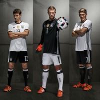 Thomas Mller, Manuel Neuer und Bastian Schweinsteiger im neuen DFB-Trikot fr die EM 2016 in Frankreich von adidas