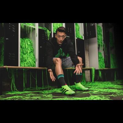Mesut zil mi seinem ACE 16+ Purecontrol Fuballschuh ohne Schnrsenkel 2016 von adidas