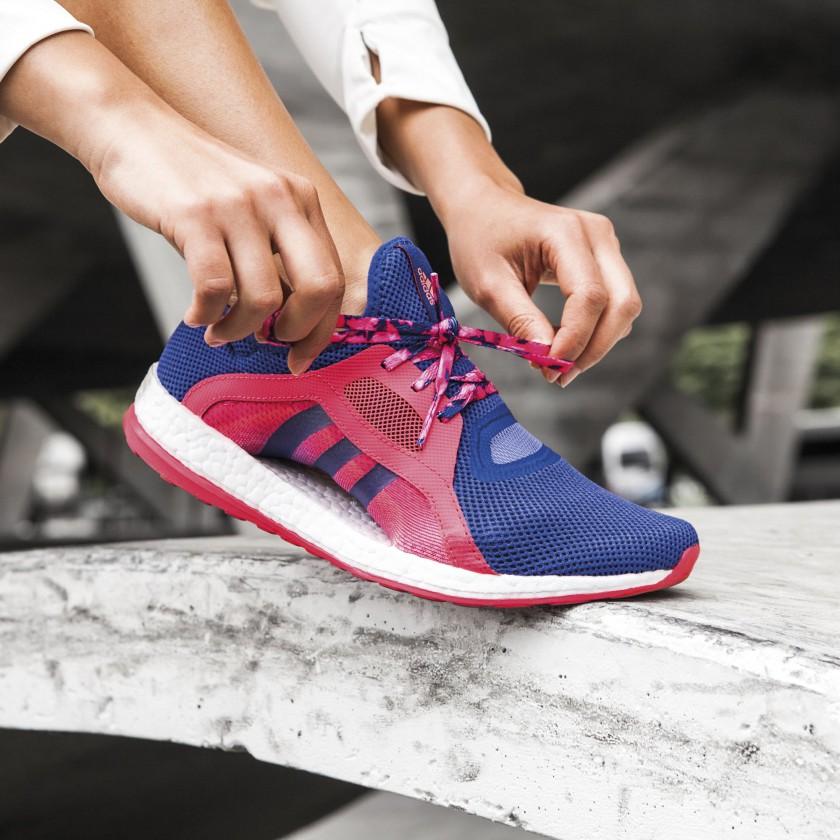 Bild: PureBOOST X Laufschuh Damen am Fuß 2016 von adidas