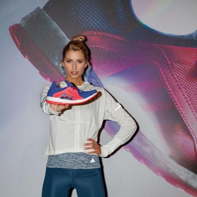 Lena Gercke mit dem PureBOOST X Laufschuh - speziell entwickelt fr aktive Frauen 2016 von adidas