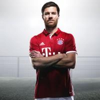 Xabi Alonso im FC Bayern Mnchen Heimtrikot 2016/17 von adidas