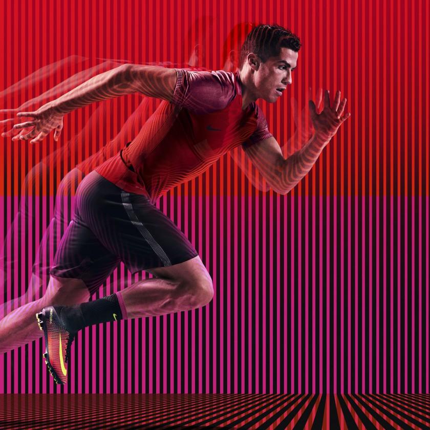 Cristiano Ronaldo sprintet in den Mercurial Superfly V Spark Brilliance Pack Fußballschuhen 2016 von Nike