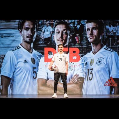Ilkay Gndogan, Mats Hummels, Mesut zil u. Thomas Mller prsentierten das neue DFB-Heimtrikot 2016 von adidas