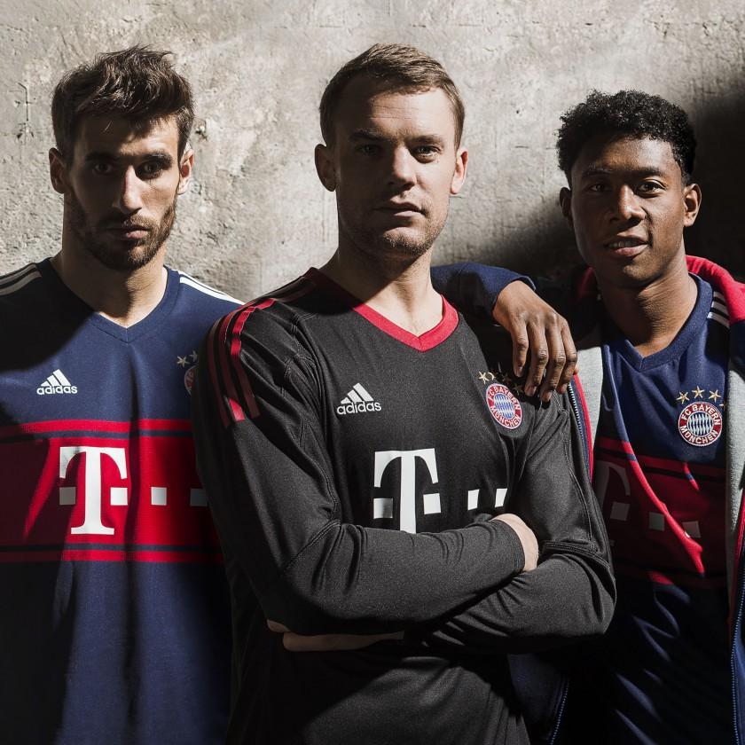 Javi Martinez, Manuel Neuer und David Alaba in d. FC Bayern München Auswärtstrikots 2017/18