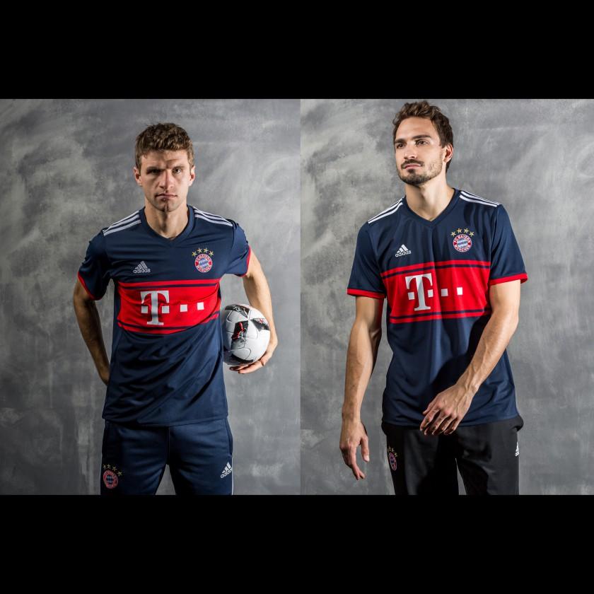 Thomas Müller u. Mats Hummels in d. FC Bayern München Auswärtstrikots 2017/18
