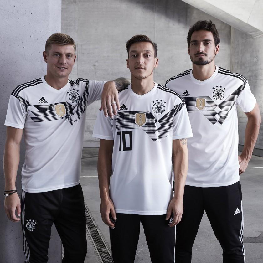 Toni Kroos, Mesut zil  Mats Hummels im DFB-Heim-Trikot für die WM 2018 von adidas