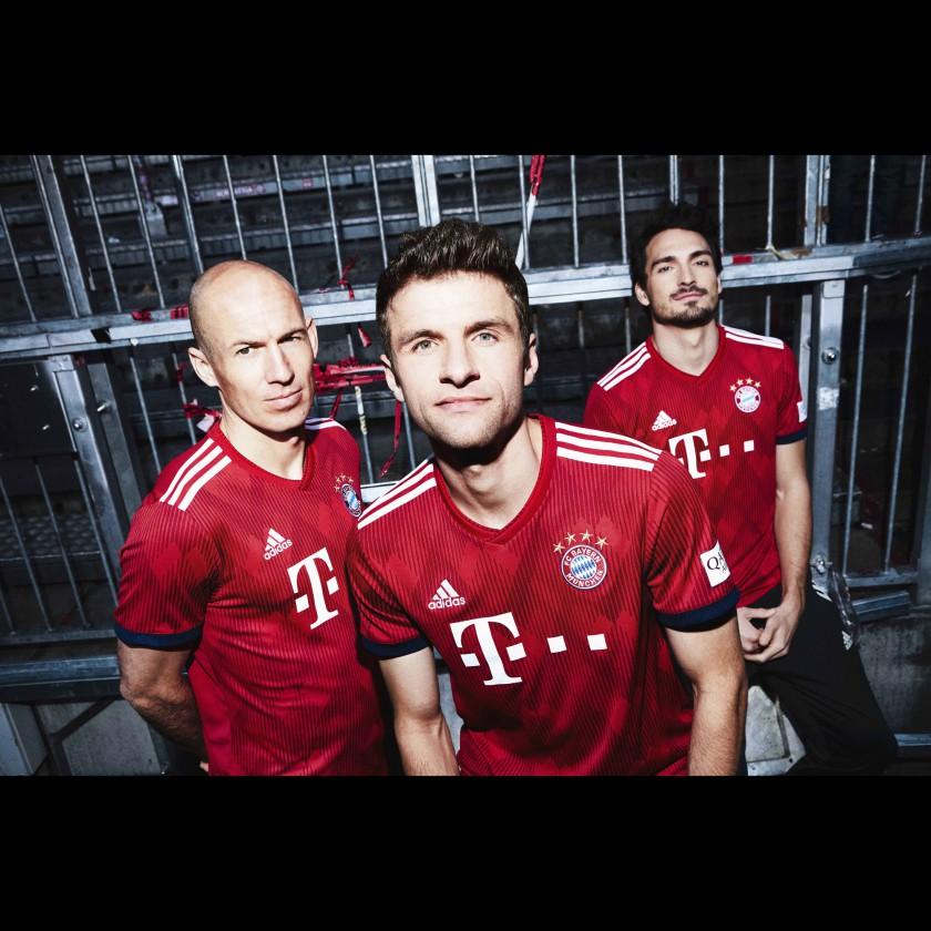Thomas Müller, Arjen Robben u. Mats Hummels im neuen FC Bayern München Heimtrikot 2018/19 von adidas