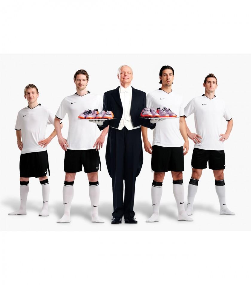 Marko Marin, Arne Friedrich, Miroslav Klose und Sami Khedira bekommen die Elite-Serie von NIKE auf dem Tablett serviert.