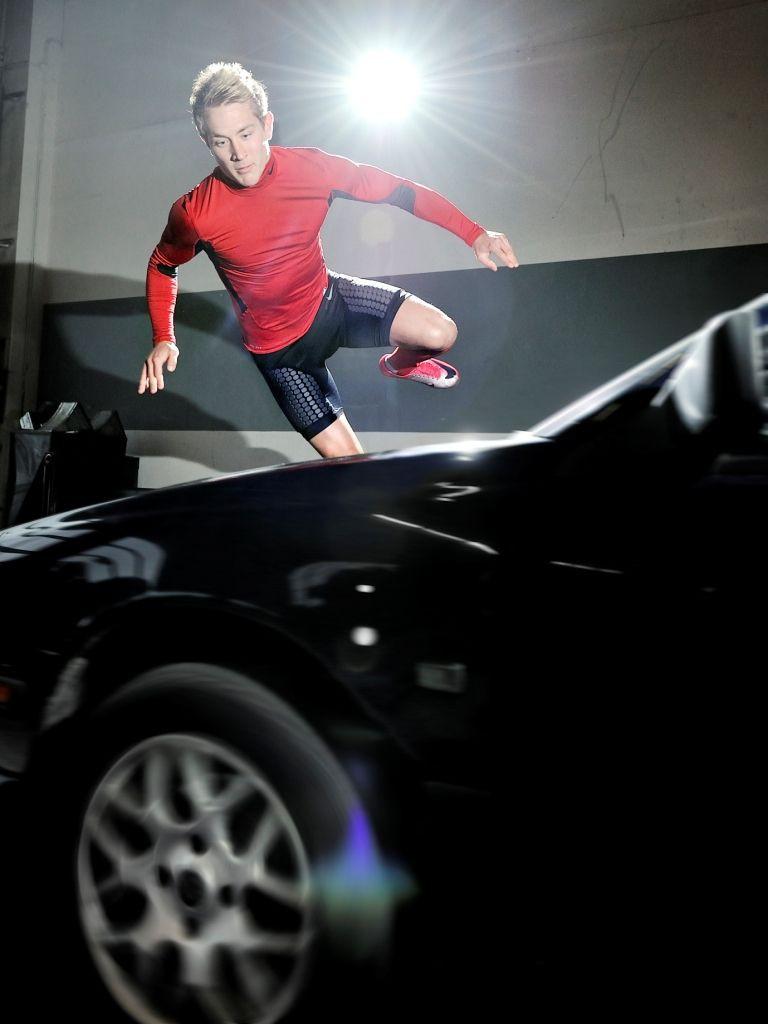 Lewis Holtby beim Stunttraining in der NIKE Pro Combat Kollektion Auto