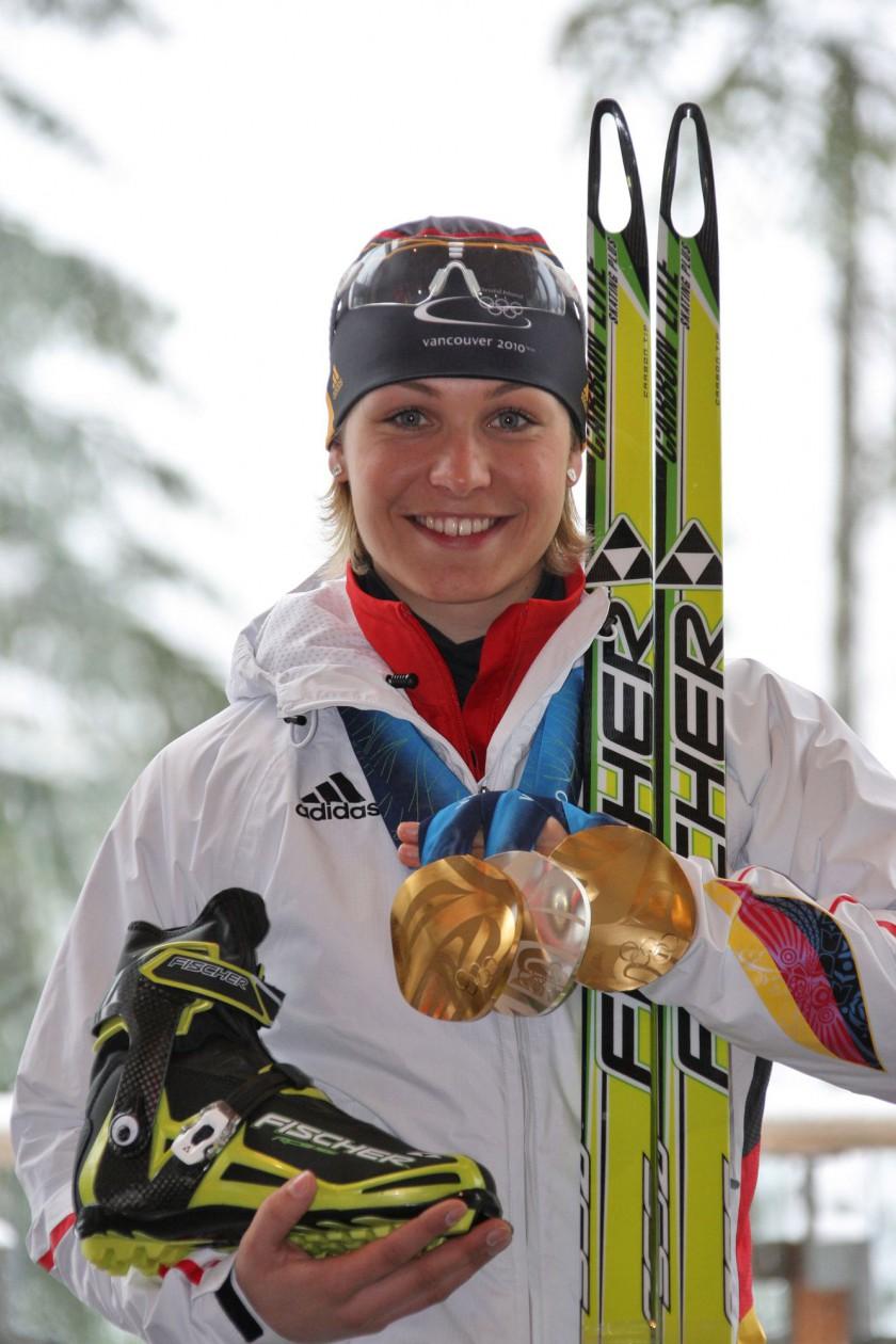 Magdalena Neuner mit FISCHER Ski und Schuhe sowie ihrer Olympia Medaillensammlung von 2010