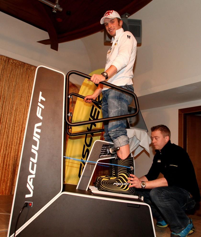 Manfred Moelgg beim Anpassen seines Skischuhs durch die VACUUM FIT Technologie