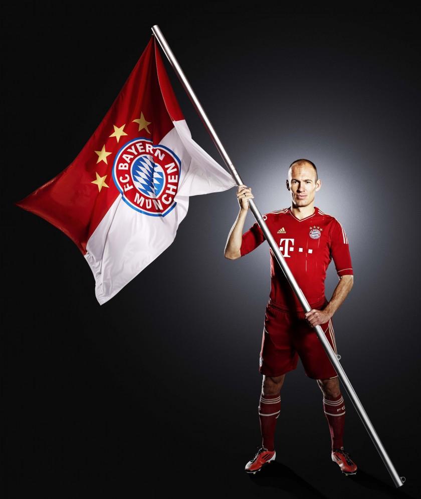 Arjen Robben präsentiert das neue Heimtrikot des FC Bayern München für die Bundesliga-Saison 2011/2012