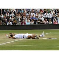 Novak Djokovic liegend auf dem Rasen kurz nach seinem Wimbledon Sieg 2011
