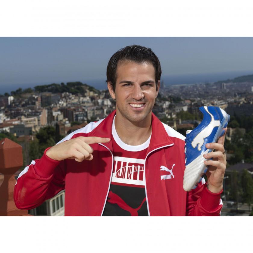 Cesc Fabregas: In der Hand, seinen neuen Fußballschuh PowerCat 1.12 von PUMA