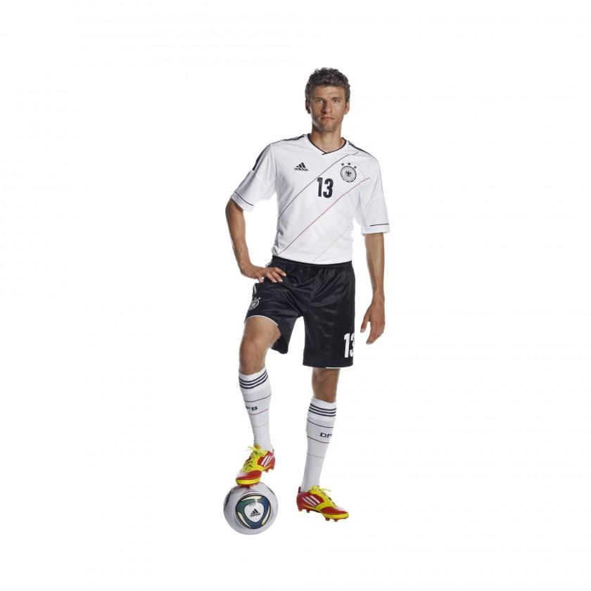 Thomas Mller prsentiert das neue UEFA EURO 2012 Heimtrikot des DFB