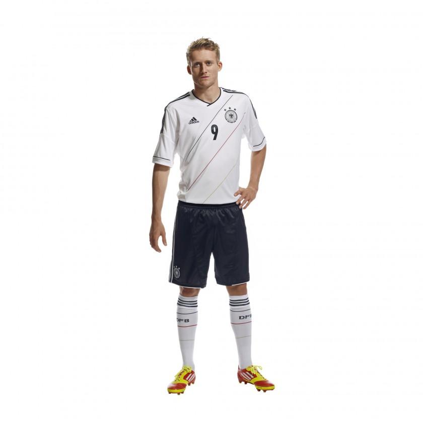 Andre Schürrle präsentiert das neue UEFA EURO 2012 Heimtrikot des DFB