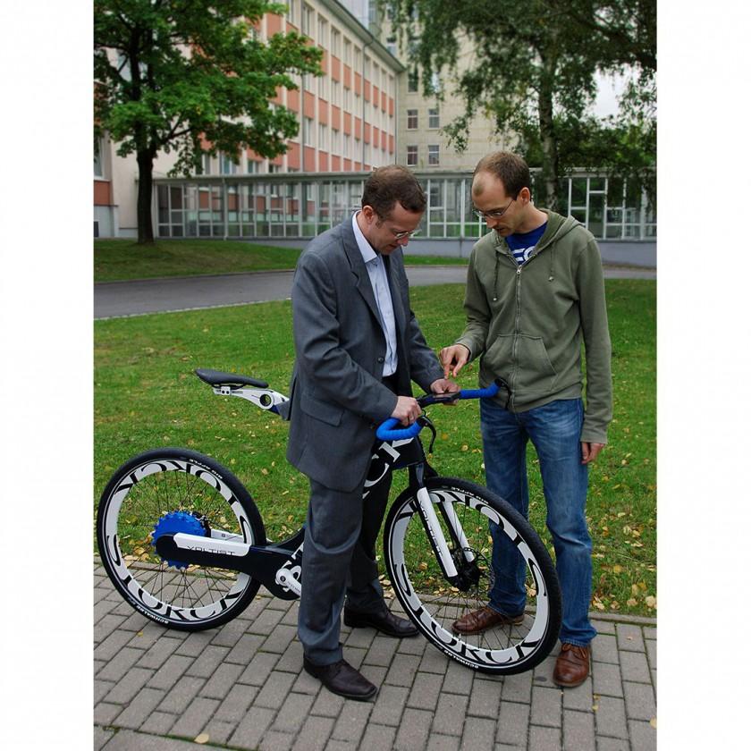 Prof. Dr. Stephan Odenwald und Sebastian Kratzert am Carbon-E-Bike Voltist