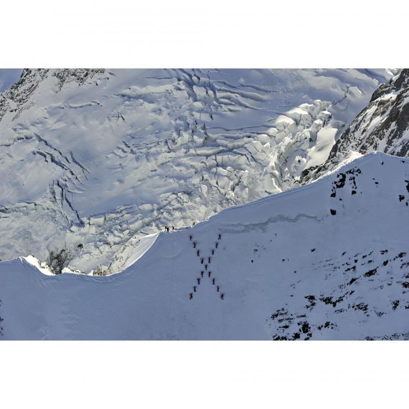 MAMMUT: 20 internationale Athleten, Bergfhrer und Journalisten bestiegen den Gipfel des Eiger und formierten sich als groes X 2011/12