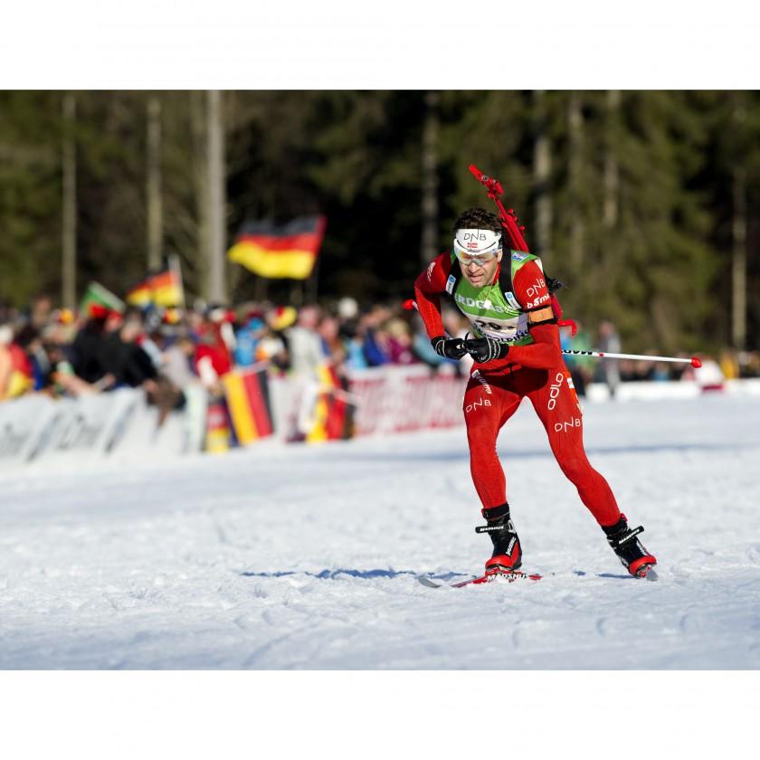 Ole Einar Bjrndalen gewinnt mit seinem neuen Odlo Rennanzug Gold in der Mixed Staffel bei der Biathlon WM 2012 Bild 2