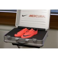 Mercurial Vapor 8: Koffer mit den neuen Schuhen von Frank Ribery, auf denen die Namen seiner Kinder Hiziya und Seif stehen 2012