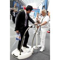 FIBO: Im Praxistest auf der Messe, die Galileo Vibrationsplatte