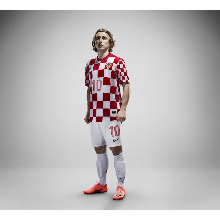 Kroatiens Nike Nationaltrikot-Home-Set 2012 prsentiert von Luka Modric