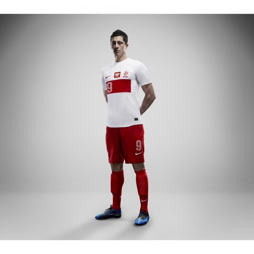 Polens Nike Nationaltrikot-Home-Set 2012 präsentiert von Robert Lewandowski