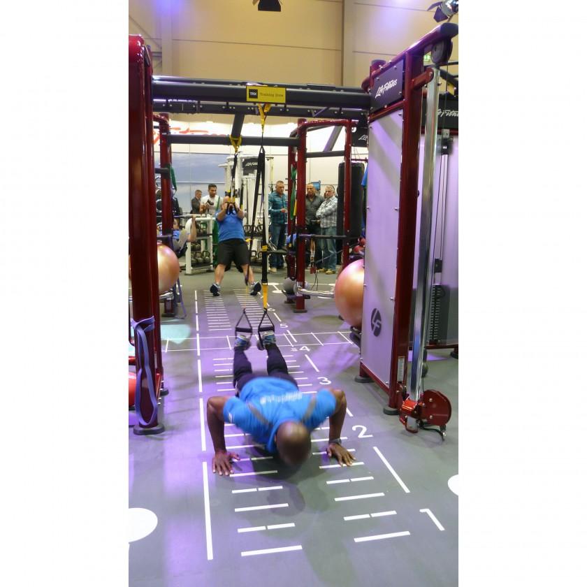 Synrgy360 Trainingssystem Action auf der FIBO 2012 - Liegestütze