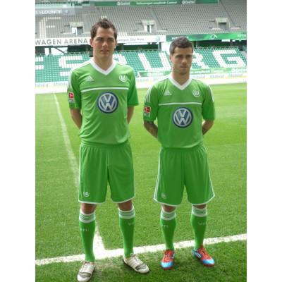 Marcel Schfer und Vieirinha im neuen adidas Home-Trikot 2012/13 des VfL Wolfburg