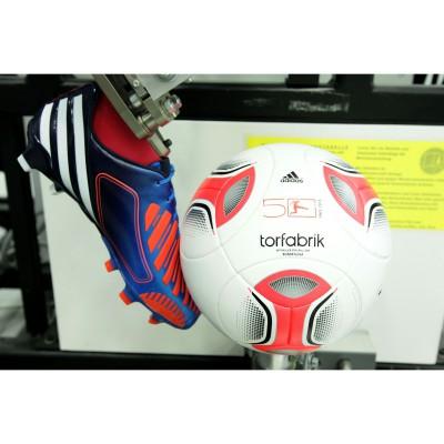 adidas Spielball Torfabrik im Testlabor mit dem Predator Lethal Zones LZ 2012