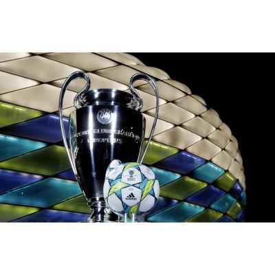 UEFA Champions League Finale 2012 - Ball, Pokal und Stadion in den Farben des Balles