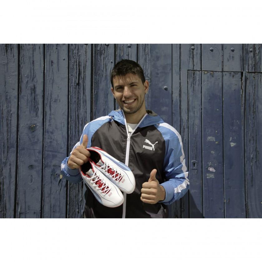 Sergio Kun Agüero, in den Händen seinen neuen evoSPEED 1 Fußballschuh 2012