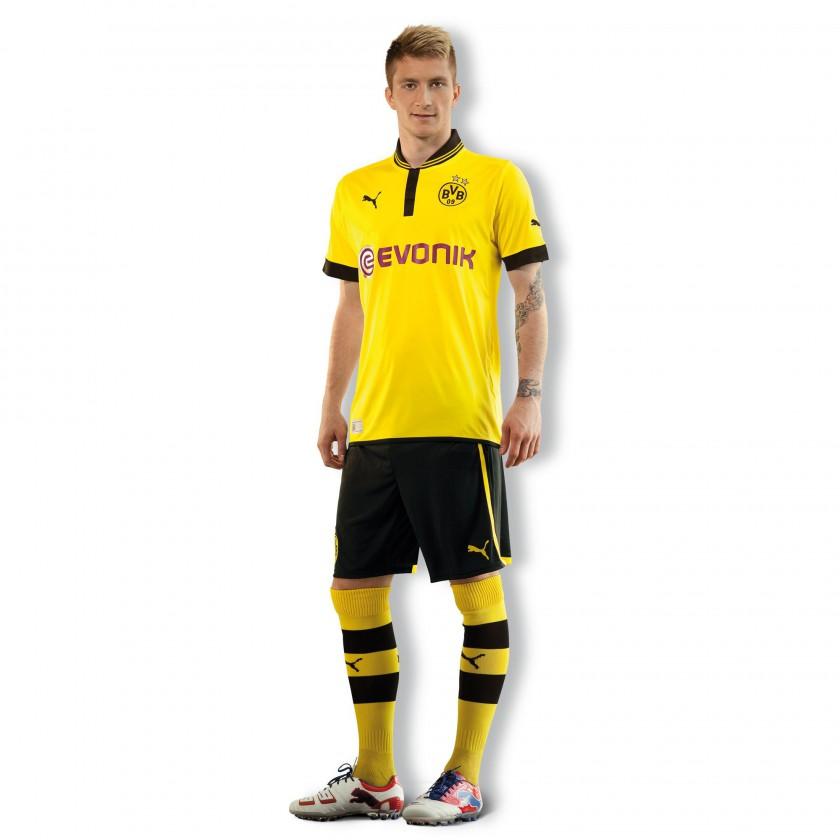 Marco Reus pr�sentiert neues Borussia Dortmund - Heim-Kit mit Trikot, Hose und Stutzen der Saison 2012/13
