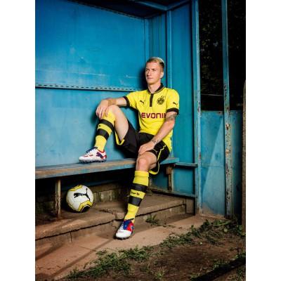 Marco Reus sitzend im Trikot von Borussia Dortmund und in seinen PUMA PowerCat 1.12 Fuballschuhen 2012