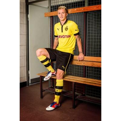 Marco Reus stehend im Trikot von Borussia Dortmund und in seinen PUMA PowerCat 1.12 Fuballschuhen 2012