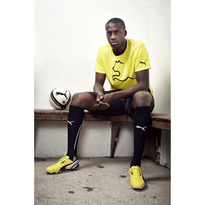 Yaya Toure im neuen PUMA King Fußballschuh sitzend 2013