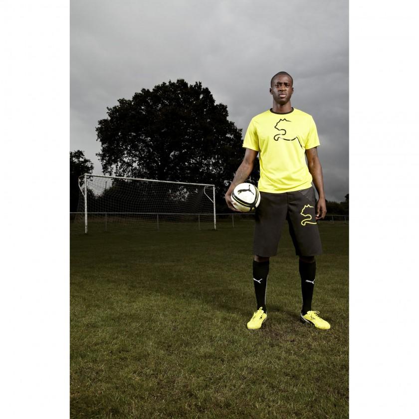 Yaya Toure im neuen PUMA King Fußballschuh stehend 2013