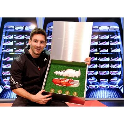 adidas play the Messi way-Kollektion: Lionel Messi mit dem neuen Signature-Fuballschuh adizero f50 Messi 2013