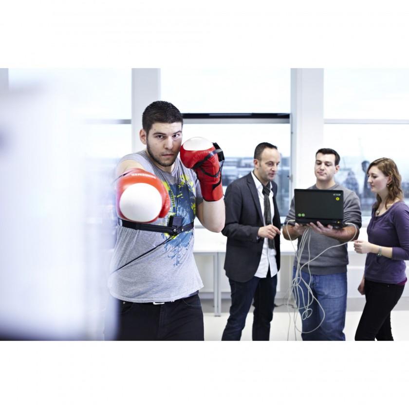 Studierende diskutieren mit Prof. Dr. Markus Haid die Erweiterung des Speed Court frs Boxen