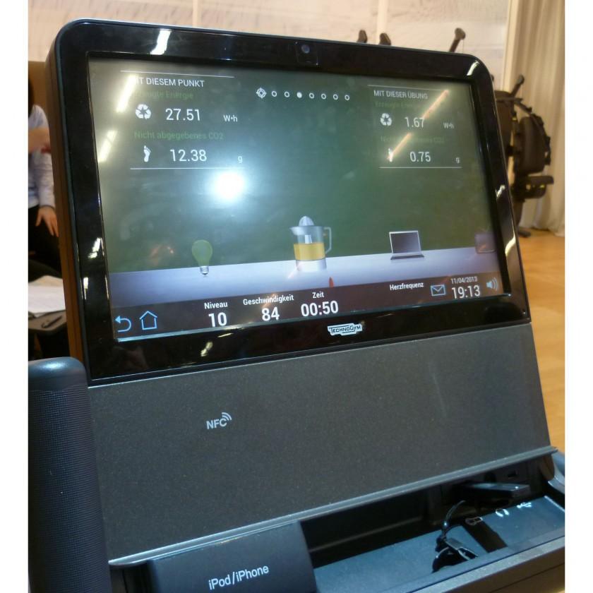 FIBO 2013: Display des ARTISrecline mit Anzeige der erzeugten Watt/Stunde 2013 von Technogym