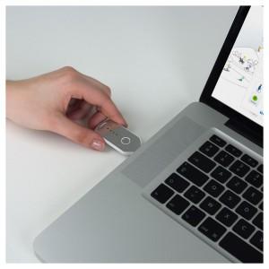 ONdaily Schrittzähler 2013 von Geonaute wird zur Auswertung an PC oder Mac angeschlossen