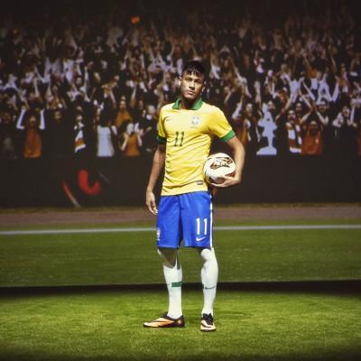 Neymar jr. im Hypervenom Fussballschuh und im Outfit der brasilianischen Nationalmannschaft 2013 von Nike