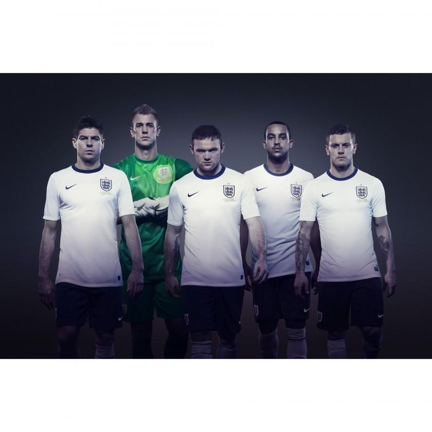 Steven Gerrard, Joe Hart, Wayne Rooney, Theo Walcott und Jack Wilshere im neuen Heimtrikot Englands weiss 2013 von Nike