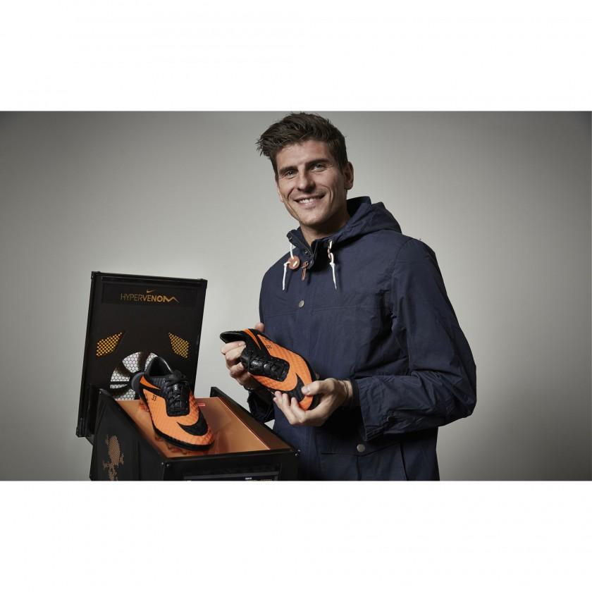 Mario Gomez mit seinem neuen Fussballschuh, dem Hypervenom 2013 von Nike