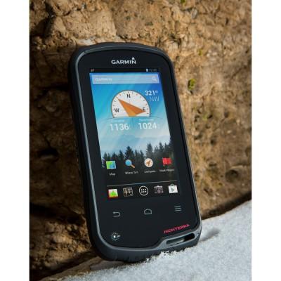 Monterra GPS-Navigationsgert im Schnee stehend 2013 von Garmin