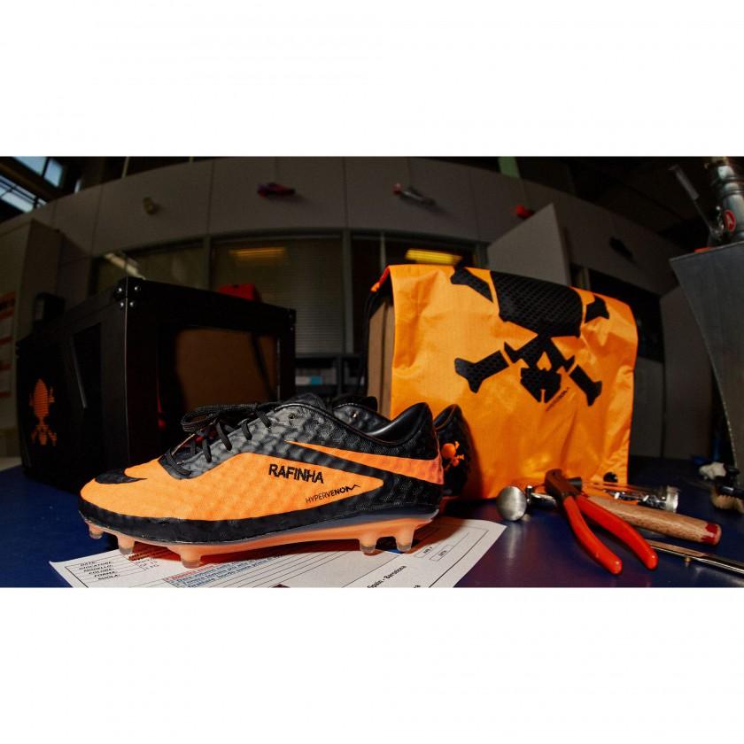Thiago Alcantaras speziell angefertigter Hypervenom mit dem Namen seines Bruders Rafinha 2013 von Nike
