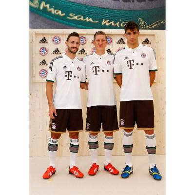 FC Bayern Mnchen: Diego Contento, Bastian Schweinsteiger und Javi Martinez im neuen Auswrts-Trikot 2013/14 von adidas
